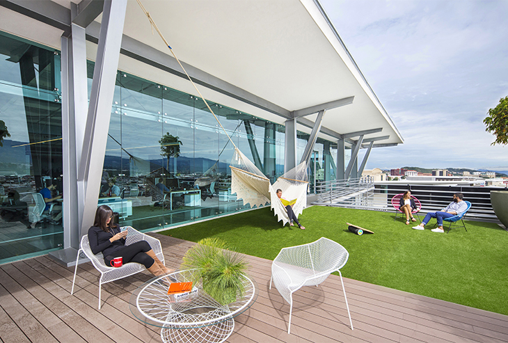 The temperate climate of Costa Rica allows the Gensler office to offer an outdoor relaxation zone where employees can go for a break during the hectic work day.