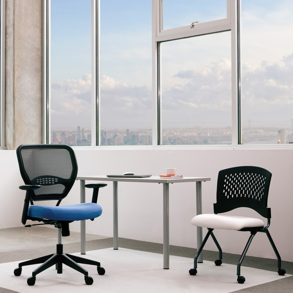 The mesh back of the SPACE Seating 5500 offers air flow for increased comfort, while the sky blue fabric of the seat mimics the view just beyond the window, two elements of biophilic design. @officestarprod